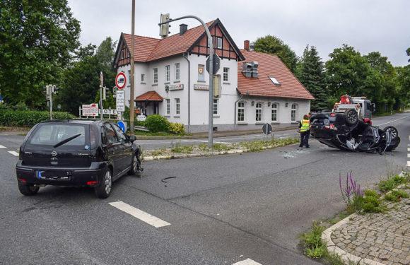 Trotz Rot in Kreuzung eingefahren: Zwei Verletzte, hoher Sachschaden