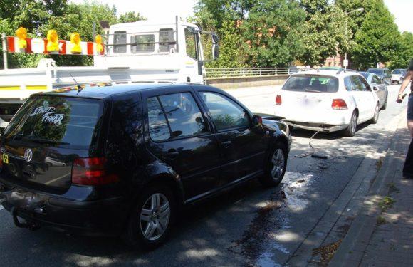 Abgelenkt und aufgefahren: Autofahrer (21) verletzt, drei Autos beschädigt