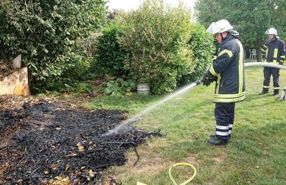 Feuerwehr löscht brennendes Gestrüpp