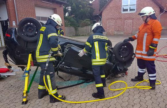 Auto liegt auf Dach: Feuerwehr Haste übt für den Ernstfall