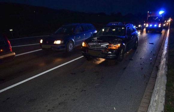 Zeh des Fahrers entzündet: Mercedes rammt VW auf der B83