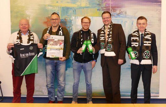 Volksbank in Schaumburg unterstützt 96-Fußballschule beim VfR Evesen