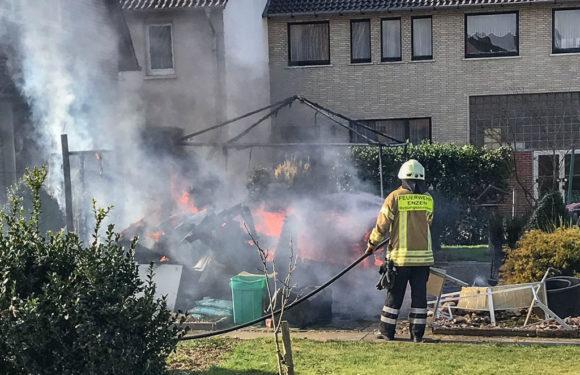 Feuerwehreinsatz in Enzen: Pavillon und Holz in Flammen