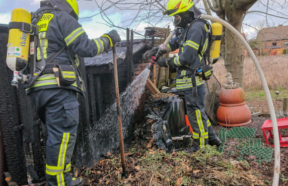 Holzunterstand fängt Feuer