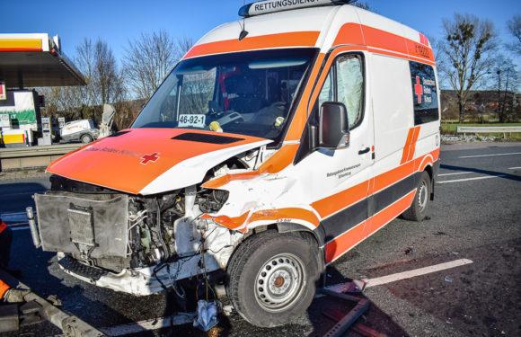 Rettungswagen stößt mit VW Caddy zusammen: Schwerer Unfall mit sechs Verletzten auf B 83