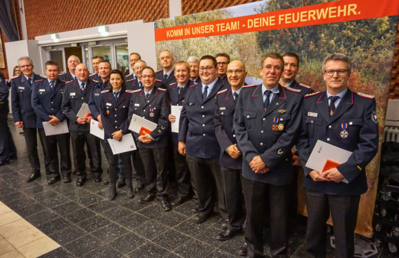 13 Feuerwehrleute für besondere Leistungen ausgezeichnet