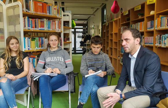 Maik Beermann im Dialog mit Schülern der IGS Rodenberg