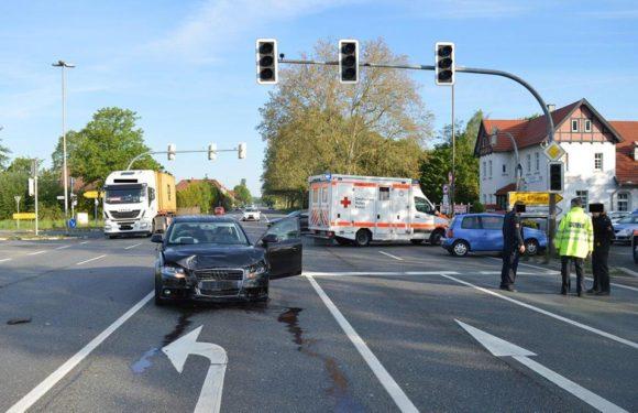 Schwerer Unfall auf B83 bei Luhden: Mutter (27) wird aus Auto geschleudert, Kind (6) schwer verletzt