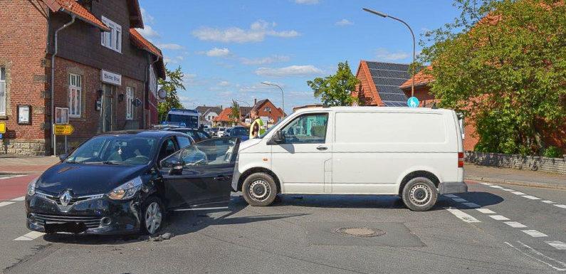 VW Transporter stößt mit Renault zusammen