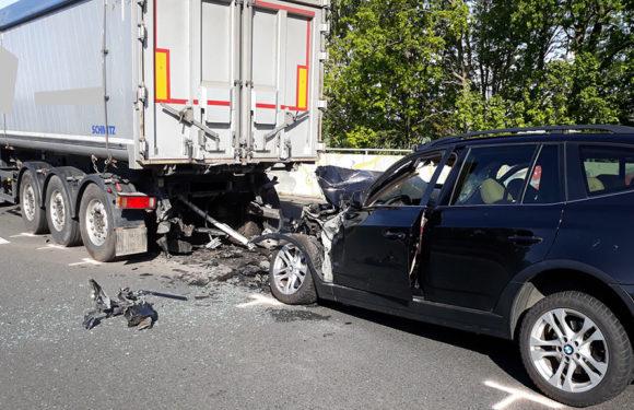 Schwerer Unfall auf B65: Autofahrer (50) fährt auf Stauende auf
