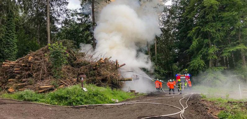 Feuerwehreinsatz am Pfingstmontag: Brennender Holzstapel in Liekwegen