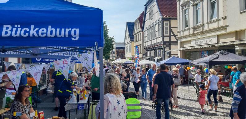 Zweites Bürgermahl in Bückeburg war ein voller Erfolg: Gute Laune, jede Menge Essen und geselliges Beisammensein