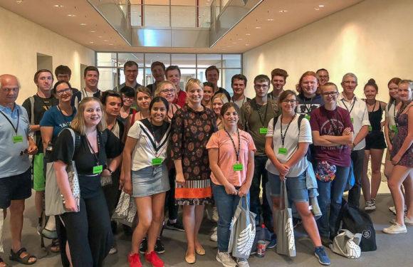 Marja-Liisa Völlers empfängt Austauschschüler aus den USA im Deutschen Bundestag