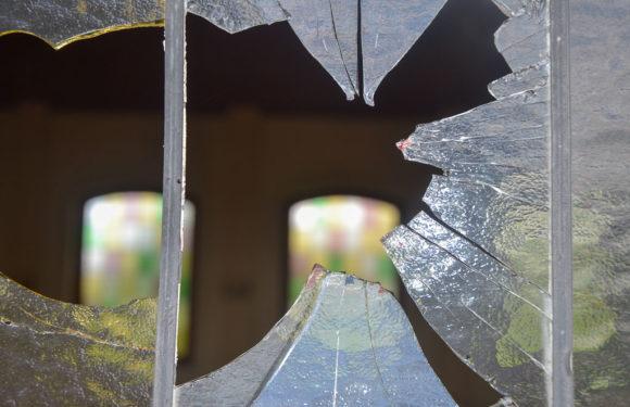 Fensterscheiben der Friedhofskapelle eingeschlagen