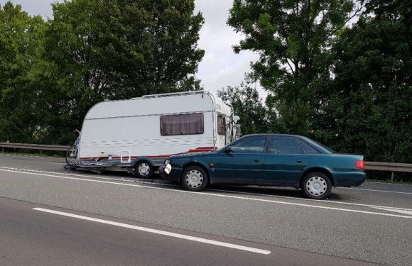 War Wendemanöver auf B83 schuld? Auto kollidiert mit Wohnwagen