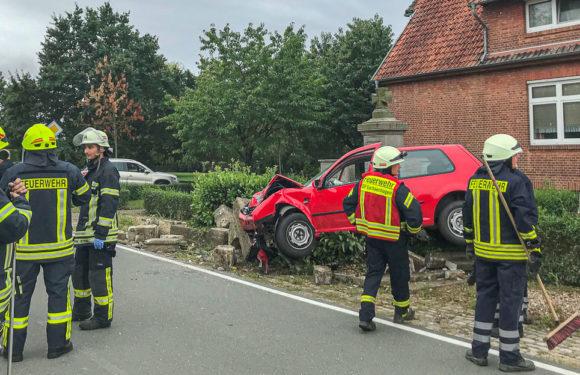 Verkehrsunfall: Auto schleudert gegen Kriegerdenkmal
