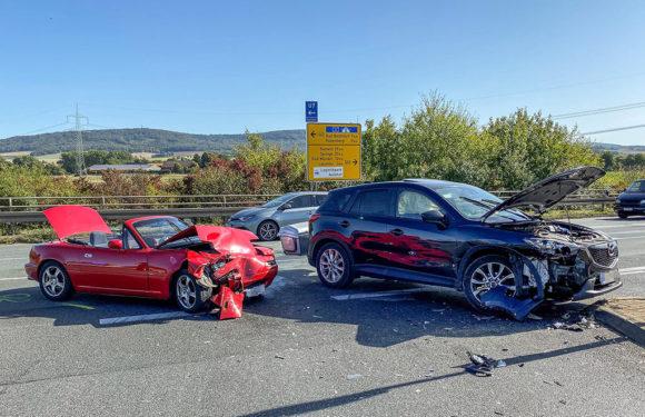B442: Schwerer Autounfall bei Anschlussstelle Lauenau