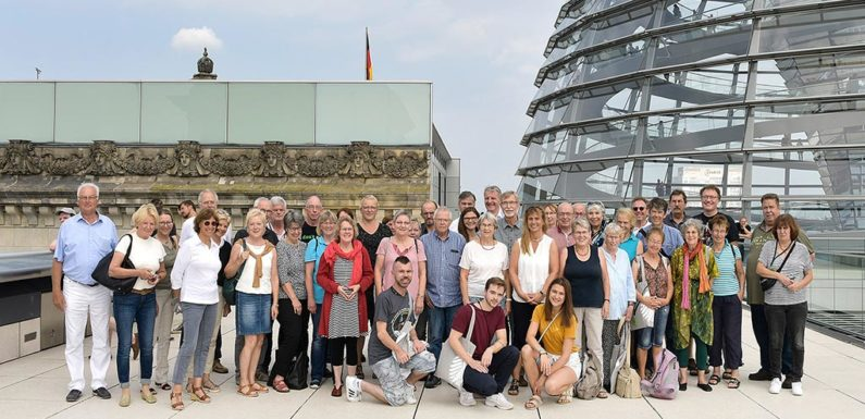 Katja Keul begrüßt Gäste aus dem Wahlkreis in Berlin