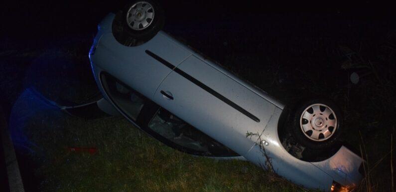 Auto kommt von Fahrbahn ab und bleibt auf Dach liegen