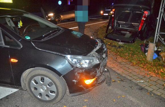 Auto bleibt nach Unfall auf Dach liegen
