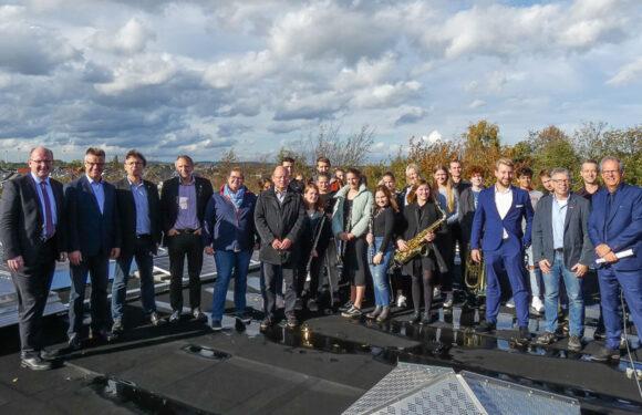 Größte Photovoltaikanlage des Landkreises angeschlossen: Bigband spielte auf Dach des Gymnasiums Bad Nenndorf