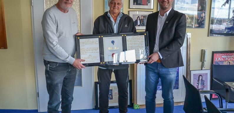 DRK Ortsverein Bückeburg erhält seltenes Michael Jackson Sammlerstück