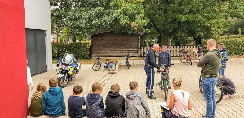 Heuerßen: Polizei überprüft Fahrräder der Jugendfeuerwehr auf Verkehrssicherheit
