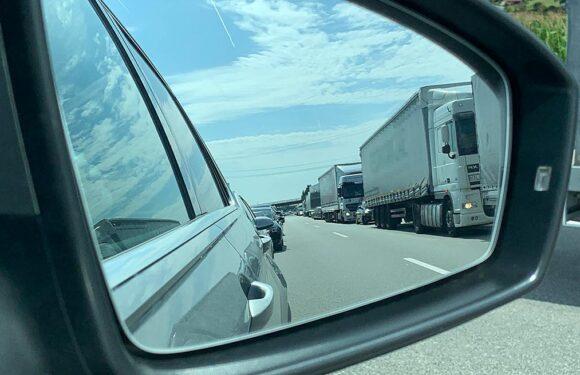 Autofahrer drängelt sich durch Rettungsgasse und verursacht Unfall