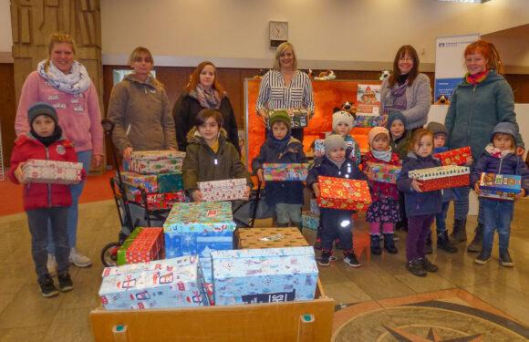 """Kindergarten Bergkrug und Volksbank spenden für """"Weihnachten im Schuhkarton"""""""