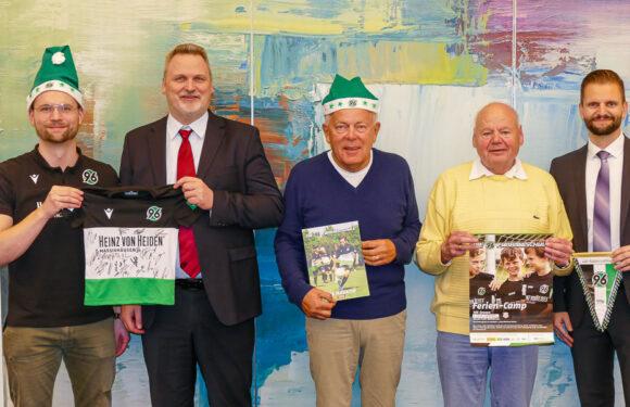 Kinder kicken wie Profis: Volksbank in Schaumburg unterstützt Hannover 96 Fußballschule beim VfR Evesen