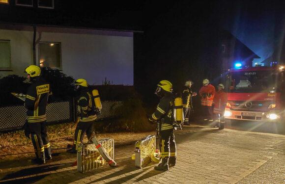 Feuerwehr entfernt Brandgut aus Badezimmer