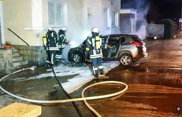 PKW in Helpsen ausgebrannt: Außenwand eines Wohnhauses ebenfalls beschädigt