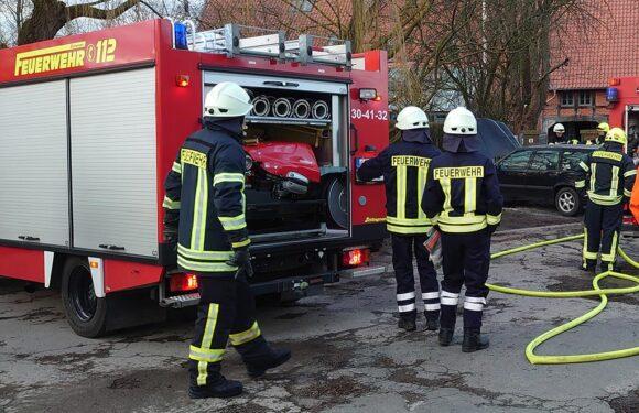 Wiedenbrügge: Feuerwehr löscht brennenden PKW