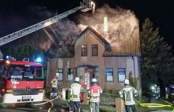 Feuerwehr löscht brennendes Einfamilienhaus in Heeßen