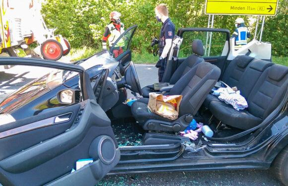 Schwerer Unfall auf B 83: Autofahrerin im PKW eingeklemmt, Kinder (3, 4) unverletzt