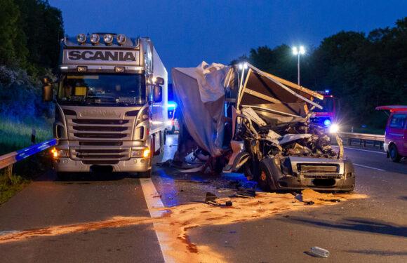 Schwerer Unfall auf A2 bei Veltheim: Fahrer von Klein-LKW wird aus Fahrzeug geschleudert