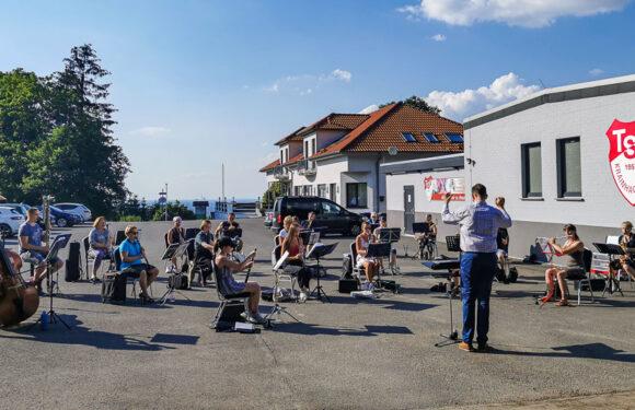 """Auf, auf zu neuen Tönen: Blasorchester Krainhagen startet nach 15 Wochen Pause """"Open-Air""""-Probe"""