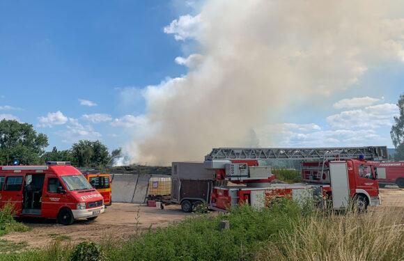 Feuerwehr löscht brennendes Stroh in Evesen
