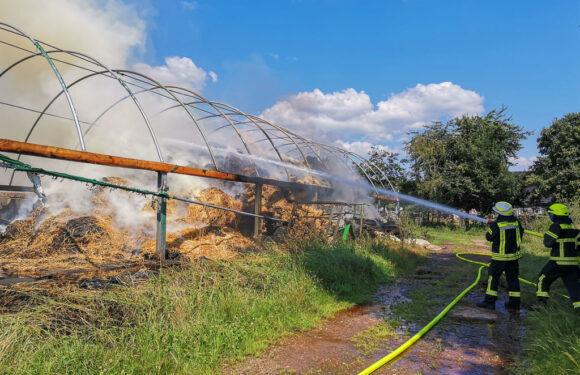 (Update) Großeinsatz für die Feuerwehr Bückeburg: Strohlager brennt in voller Ausdehnung