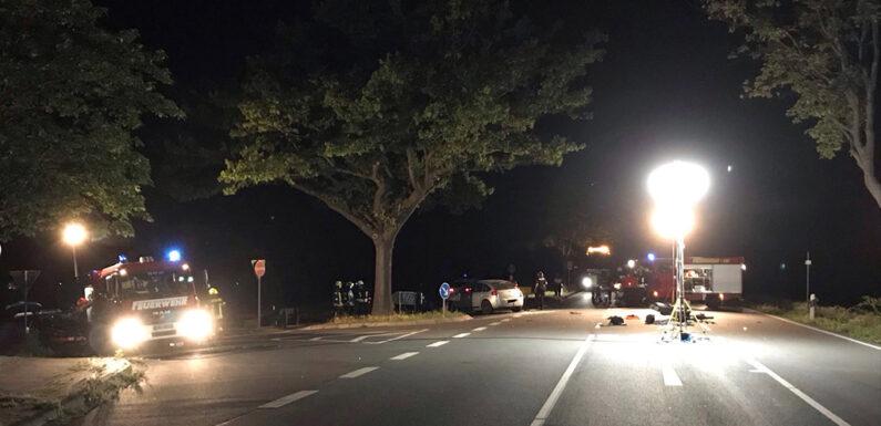 """Feuerwehr leuchtet Einsatzort nach Verkehrsunfall auf B441 im Bereich """"Kapellenhöhe"""" aus"""