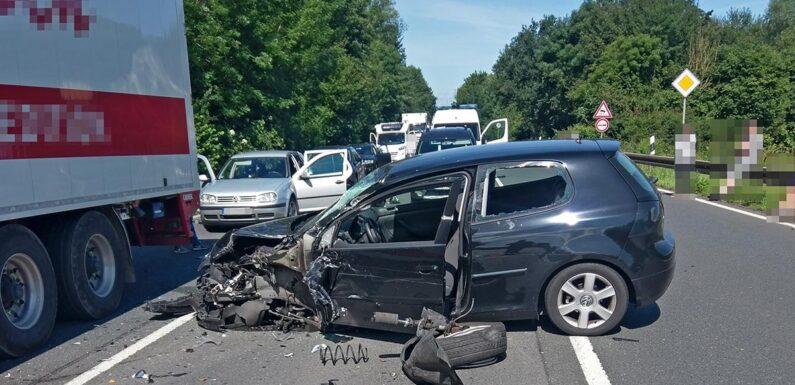 Hoher Sachschaden und zwei Leichtverletzte bei Unfall auf B 83