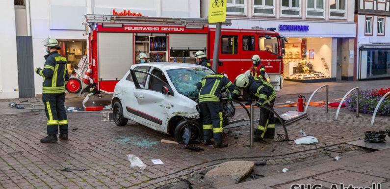 Erst Messerangriff, dann Unfall: Mann (23) schleudert mit Auto gegen Haus