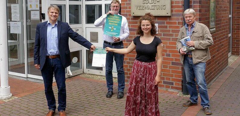Stadthagen: Bürgermeister Oliver Theiß nimmt erste Unterschriftenlisten vom Volksbegehren Artenvielfalt an