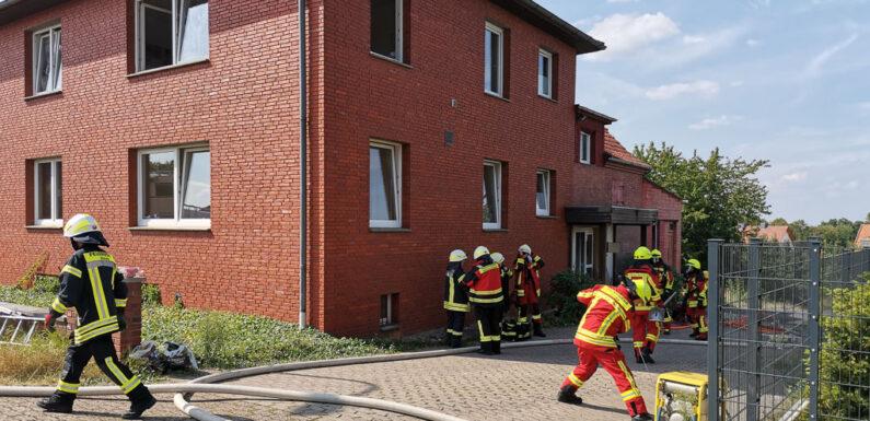 Einsatz in Röcke: Feuerwehr rettet zwei Personen über Drehleiter