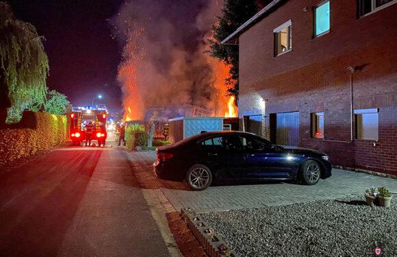 Brand einer Thujahecke in Helpsen / Strohballen in Obernkirchen in Flammen