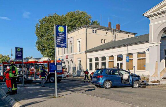 Unfall in Bückeburg: Auto prallt gegen Säule des Bahnhofsgebäudes
