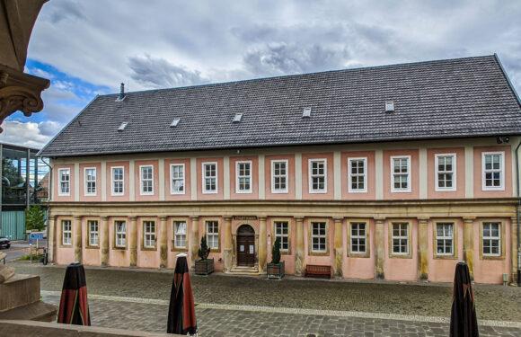 Bückeburg: Unbekannter bedroht Frau (24) mit Messer und versucht, Tasche zu stehlen
