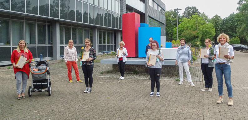 Kooperation von VHS und Jugendamt: 13 Tagesmütter erhalten Zertifikate