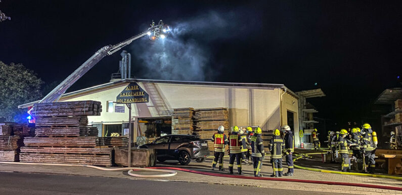 (Update) 80 Feuerwehrleute bei Brand in Sägewerk im Einsatz