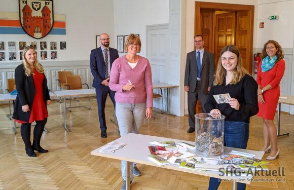 """Gutscheine und """"5er"""": Bückeburger Stadtmarketing zieht glückliche Gewinner des verkaufsoffenen Sonntags"""